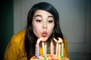 Mujer, apagar velas de cumpleaños