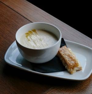 """Sopa de alcachofas de Jerusalén con tostadas de queso cheddar Quicke: """"Una obra de majestuosidad decadente""""."""