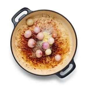 Blanquear las cebollas pequeñas, luego pelarlas y dorarlas en la misma sartén; debe haber suficiente mantequilla y grasa de tocino.