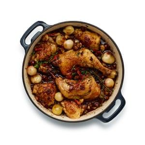 Finalmente, regrese las cebollas, el ajo y los champiñones a la sartén, cocine por 20 minutos y sirva.
