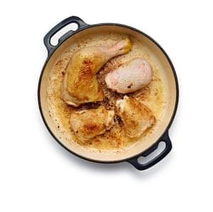 Brown el pollo enharinado en la misma sartén y la grasa como el tocino.
