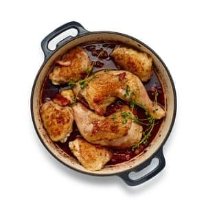 Desglasar la sartén, luego agregar el pollo, el tocino y la base de vino tamizada. Cocine a fuego lento durante una hora.