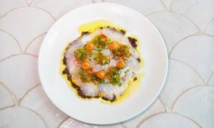 """Hay mucho que hacer: besugo crudo con salsa romesco, tapenade de aceitunas negras y """"tartar de pimienta""""."""