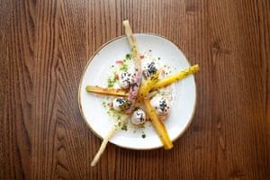"""""""Picante, excelente"""": Taramosalata con tubérculos de temporada en Melusine, St Katherine Dock, Londres."""