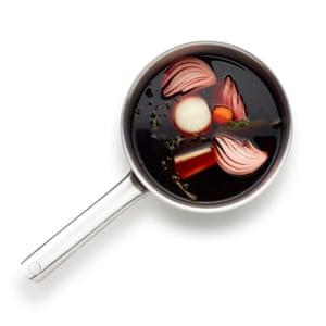 Comience en la base del vino mojando la cebolla, la zanahoria, el apio, el ajo y las hierbas y córtelos por la mitad.