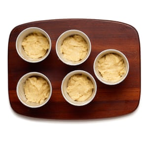 Felicity Cloake Rum Baba 02. 2 Moldear a medias los moldes engrasados de dariole o moldes para muffins con la masa, luego dejar crecer hasta que casi llene los moldes.