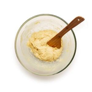 Mezcle la levadura con agua tibia y azúcar hasta que hierva, luego agregue a una masa compuesta de huevos, mantequilla, harina y sal.