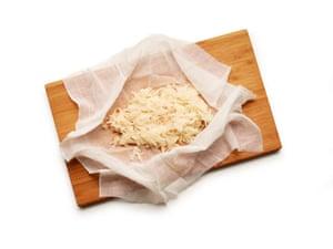 Felicity Cloake Boxty pastel de papa. 1. Rallar las papas en un paño limpio, luego exprimir el líquido en un tazón para recoger el almidón