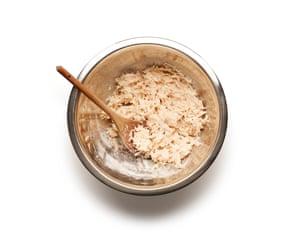 Felicity Cloake Boxty Potato Cake 02. Vierta el líquido de almidón, luego agregue las papas, suero de leche, sal y la harina suficiente para combinar.