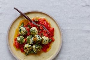 Bolas de ricotta, calabacín y espinacas de Thomasina Miers en salsa de tomate