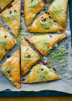 Filo triángulos con crema de queso, pistacho y rosa.