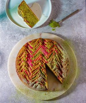 Pastel de budín de ruibarbo y té verde