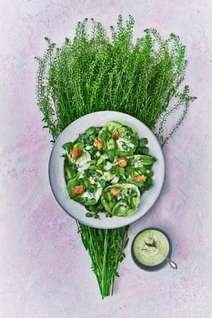 Ensalada verde de primavera adornada con picatostes y puerros