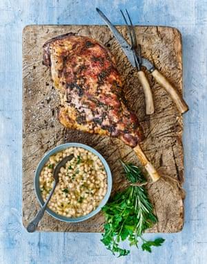Pata de cerdo asada, alubias blancas trituradas, anchoas, romero y perejil