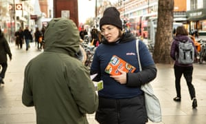 Rachel Stephenson de Shift, promocionando el menú de Medley en las calles del sur de Londres.