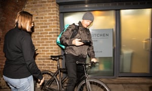 Patrick Bek está a punto de hacer una de las primeras entregas de Medleys en su bicicleta.