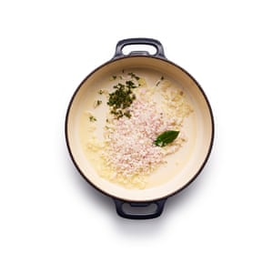 Felicity Cloake mejillones marinière. Coloque los chalotes y las hierbas en una cacerola con el vino, cocine a fuego lento y cocine suavemente durante 10 minutos.
