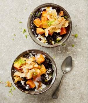 Arroz negro de Yotam Ottolenghi con papaya y jarabe de jengibre.
