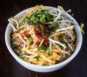 Una versión del arroz frito de Kylie Kwong, cubierto con brotes de soja, cebolla tierna y chiles.