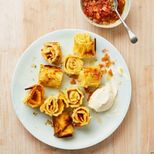 Espirales de patata Yotam Ottolenghi con salsa de tomate y crème fraîche.