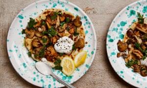 Pan plano con yogur de coco y champiñones al ajillo de Meera Sodha.