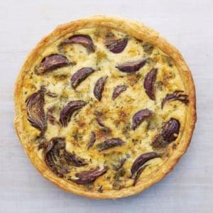 Hojaldre acortado: pastel de cebolla balsámica Thomasina Miers con queso azul. Fotografía: Rob White para The Guardian