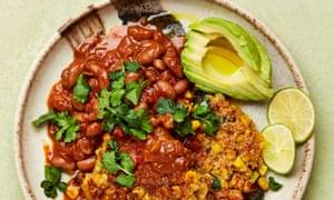 Frijoles a la barbacoa y buñuelos de maíz de Meera Sodha.