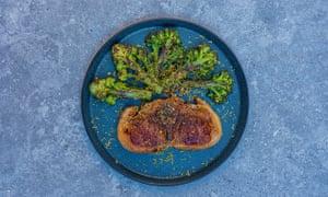 Chuleta Lee Tiernan Barnsley, brócoli brote morado y bottarga (o anchoas).