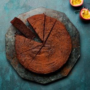 Pastel de chocolate Meera Sodha, aceite de oliva y maracuyá.