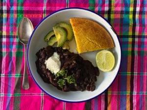 El chile vegetariano perfecto de Felicity Cloake, servido con pan de maíz y aguacate.
