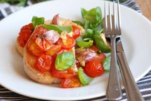 Tomates tostados sobre pan tostado, con albahaca en lugar de menta Galasso