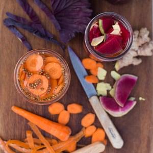 Vegetales encurtidos fáciles de Anna Jones.