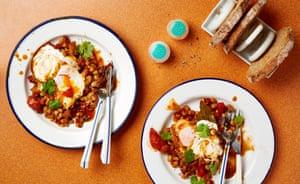 Frijoles chipotle con huevo y crema agria Thomasina Miers Recipes Revista de fin de semana