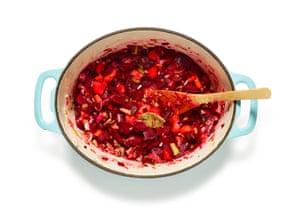 El borsch 02 de Felicity Cloake: preparar la verdura.