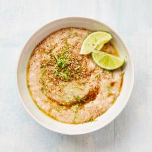 Yotam Ottolenghi arroz con mantequilla de oro con arroz a la parrilla y lima.