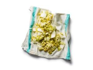 Kimchi 07 de Felicity Cloake. 7 Escurra y enjuague el repollo, luego séquelo antes de combinarlo con el otro vegetal y el condimento.