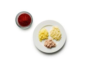Kimchi 08 de Felicity Cloake. 6 Prepare el condimento de kimchi mezclando el ajo, el jengibre y los camarones salados con la salsa de chile, azúcar y pescado.