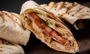 Sandwich Shawarma: rellene un pan plano con pollo picante y tomate.