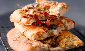Focaccia: tome una buena receta básica y luego diviértase decorando el pan.