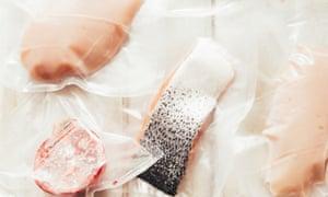 Los alimentos deben empacarse y sellarse con la mayor cantidad de aire posible para evitar quemaduras en el congelador.