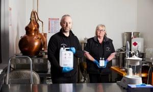 Steve y Sue Tapril en la destilería Tappers Gin en West Kirby.