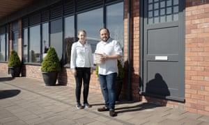 El chef James Sommerin con su hija y sous-chef, Georgia, afuera de su restaurante en Penarth, Gales del Sur.