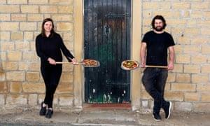 Los propietarios de Moorcock Inn, Aimee Turford y Alisdair Brooke-Taylor, en su pub y restaurante en Sowerby Bridge en West Yorkshire.