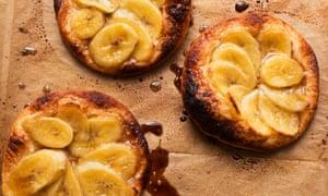 Tartas de plátano con crema de cardamomo.