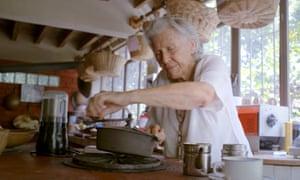 Buena suerte: pruebe recetas en casa, donde también organizó clases de cocina para todos, desde actores hasta chefs de renombre.