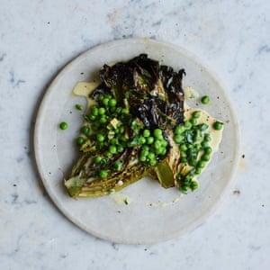 Pequeñas piedras preciosas a la plancha de Gill Meller con guisantes, granos de pimienta, perejil y crema.