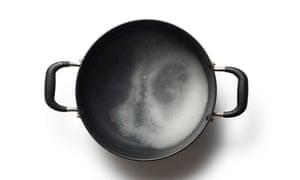 Kimchi 02 de Felicity Cloake. Haga una salmuera disolviendo la sal en un recipiente con agua, calentándola y revolviendo para disolverla.