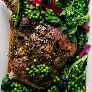 Paletilla de cordero asado con verduras de verano.