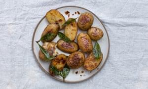 Patatas nuevas asadas en mantequilla marrón