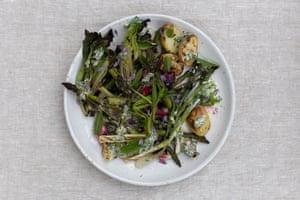 Ensalada de primavera carbonizada con vinagreta de hierbas